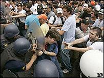 Estudiantes chocan con la policía.