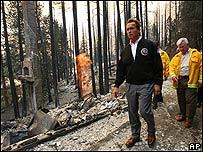 Arnold Schwarzenegger visita el área devastada por el fuego, octubre 2007
