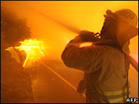 Firefighters battle a blaze in California (24/10/07)