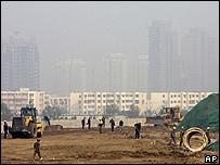 Vista de la ciudad sumergida en una nube de smog