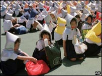 School children take part in an earthquake drill (01/09/1999)