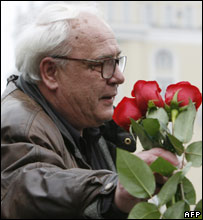Vladimir Bukovsky is given roses at a rally in his honour in Moscow, 20 October 2007