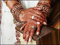 Manos de una novia en India.
