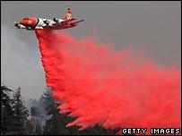 A plane drops fire retardant - 25/10/2007