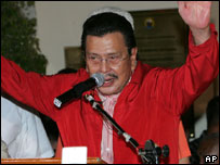 Former Philippine President Joseph Estrada acknowledges the crowd as he delivers a speech after his release, Oct. 26, 2007
