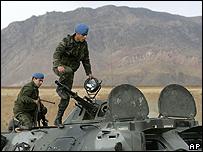 Soldados turcos en un tanque patrullando la frontera