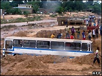 Bus washed out by floods in Kinshasa - 26/10/2007