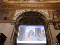 """Segmento de """"La Última Cena"""" en una pantalla  de la iglesia Santa Maria delle Grazie."""
