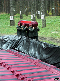 Soldiers carry a coffin to the grave at Bykovnya (27 October 2007)