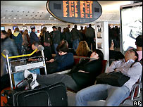 Passengers at an Air France counter at Paris Roissy airport - 27/10/2007