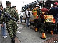 Soldados inspeccionan un autobús en Bogotá como medida de seguridad antes de las elecciones