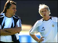 Hugo Tocalli and Jose Pekerman share a word in training