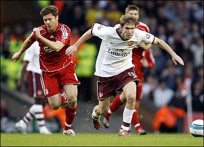 Alexander Hleb races away from Xabi Alonso