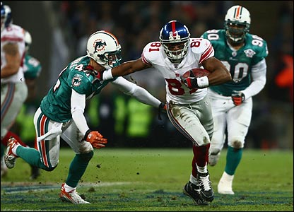 Amani Toomer of the Giants fends off Cameron Worrell