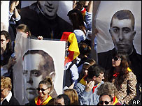 Crowd holds photos of Spanish martyrs at Vatican beatification ceremony - 28/10/2007