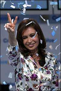 Cristina Fernández de Kirchner hace la señal de la victoria luego de conocer los resultados parciales