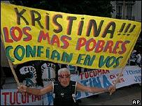 """Simpatizante con cartel apoyando a """"Kristina"""" (con K de Kirchner) Fernández"""