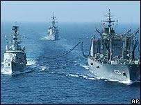Японский корабль, заправляющий пакистанский линкор