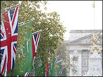 الاعلام البريطانية والسعودية في الطريق المؤدي الى قصر باكنجهام الذي يظهر في الخلفية