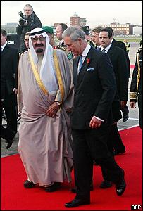 الامير تشارلز والعاهل السعودي لدى وصوله الى مطار هيثرو