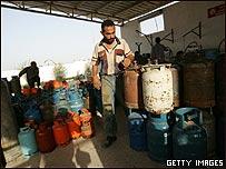 Trabajador palestino cuenta los cilindros en la estación de gas de  Khan Younis,  Franja de Gaza
