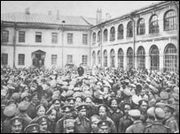 Митинг в гренадерских казармах (октябрь 1917 г.). Выступает матрос-балтиец.