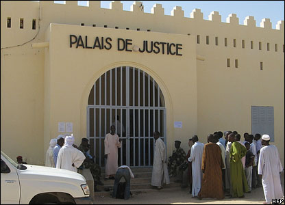 A small crowd outside the courtroom in Abeche, Chad (30 October 2007)