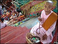 Monja budista de Birmania / Foto de archivo
