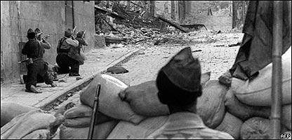 Fuerzas republicanas, durante la Guerra Civil,  batallan por el Alcázar de Toledo. España, Julio de 1936