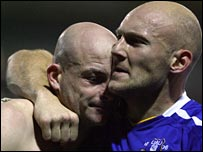 Everton's Thomas Gravesen (right) celebrates with Lee Carsley