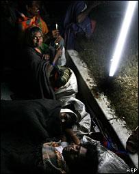 Mujeres durmiendo en una calle en India