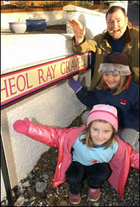 Ray Gravell with his daughters