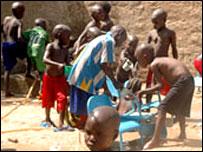 الأطفال الذين كان سيتم نقلهم الى أوروبا وهم يلعبون في ملجأ للأيتام في أبيتشي 26-10-2007