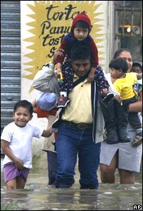 Familia afectada por las inundaciones