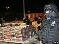 A Mexican policeman guards the confiscated cocaine in Manzanillo (1 November 2007)