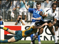 Nigel Owens (C) watches Australia's fly-half Berrick Barnes (L) tackle Fiji's winger Vilimoni Delasau during the rugby union World Cup match Australia vs. Fidji, 23 September 2007 Photo: PASCAL GUYO