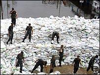 Ejército mexicano colocado sacos rellenos con arena en las orillas de los ríos