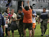 Flood victims evacuated from Villahermosa, Tabasco, with navy and police help - 2/11/2007