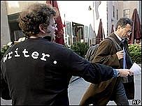 Un miembro de la Writers Guild of America reparte folletos en el Centro Rockefeller de Nueva York