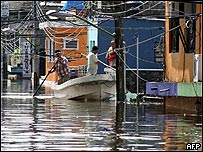 Habitantes de Tabasco huyen de las inundaciones
