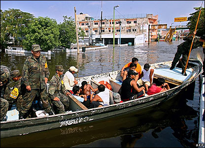 Soldiers guard suspected looters in Villahermosa on 3 November