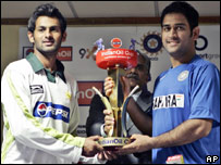 Pakistan captain Shoaib Malik and Indian captain Mahendra Singh Dhoni (right)