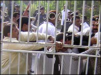 Scuffles between lawyers and police in Karachi, 5 November