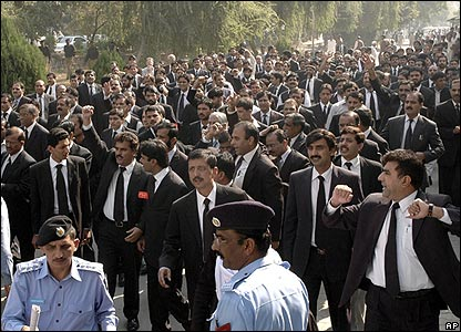 Pakistani lawyers march in Islamabad, 5/11/07