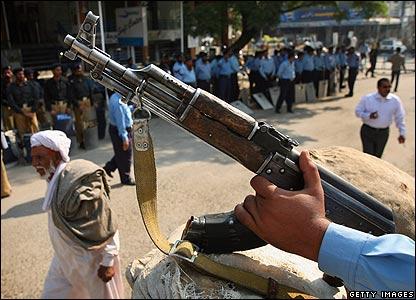 Police on guard in Pakistan, 5/11/07