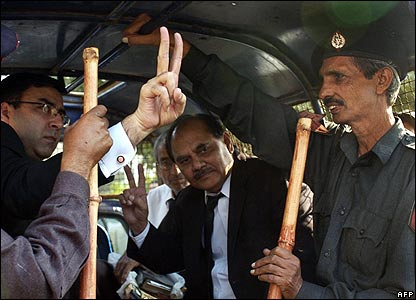 Karachi lawyers detained by police, 5/11/07