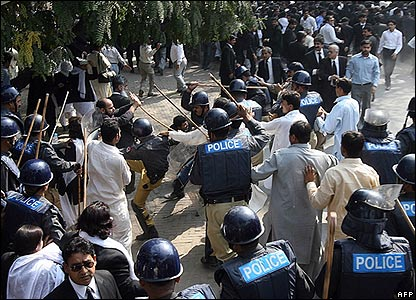 Police clash with protesters in Lahore, 5/11/07