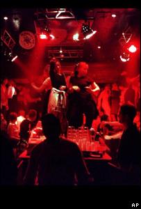 J�venes bailando en discoteca