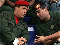 Raúl Baduel (dcha) junto a Hugo Chávez en una imagen de archivo
