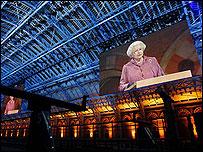 Королева Елизавета II во время открытия вокзала